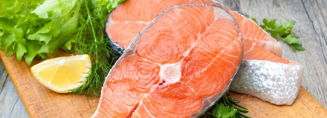 Salmone crudo su un tagliere.
