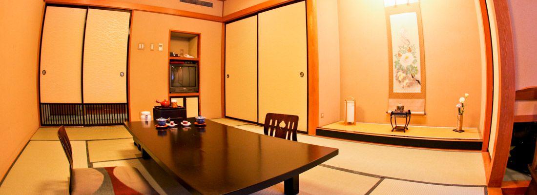 Elegante interno di una stanza di un ryokan in Giappone.