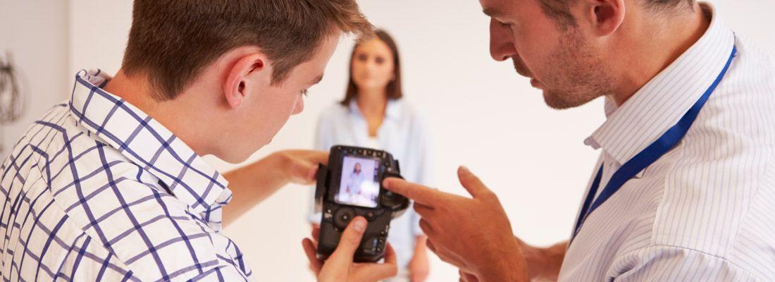Un aspirante fotografo e un insegnante durante una lezione di fotografia un stidio.