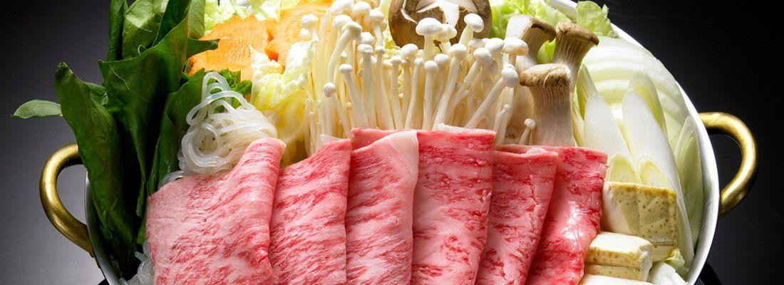 Ingredienti crudi, per preparare shabu shabu e sukiyaki.