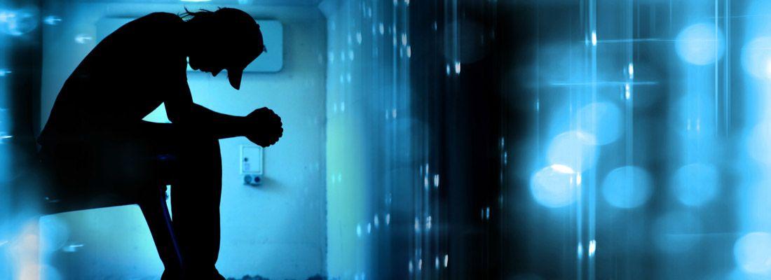 Silhouette di un ragazzo, che rappresenta la solitudine.