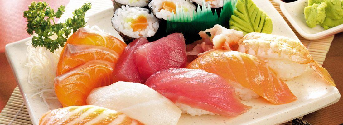 Un misto di con vari tipi di nigiri sushi e maki sushi.