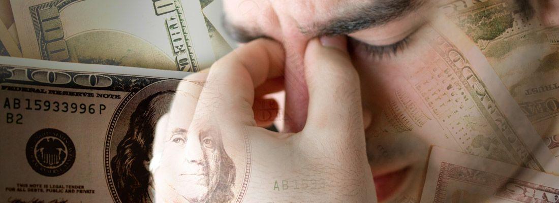 Un ragazzo concentrato pensa a come risolvere un problema di soldi.