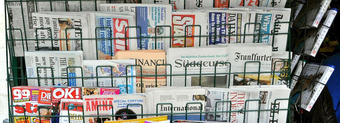 Quotidiani e riviste in vendita.