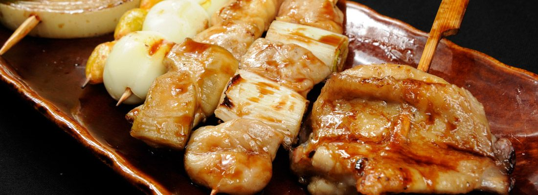 Spiedini yakitori: pollo alla griglia.