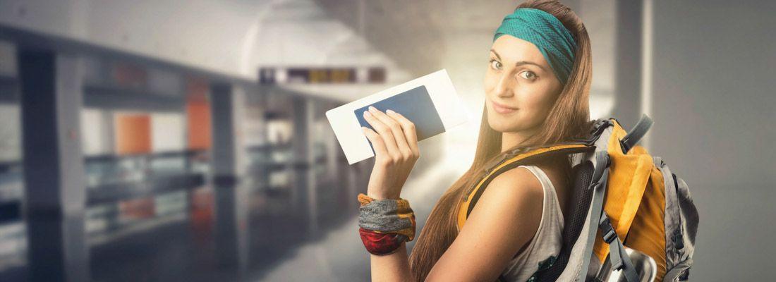 Una ragazza con indosso uno zainetto e il passaporto in mano, parte per un viaggio.