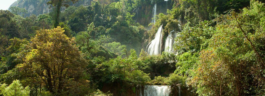 Foreste e una cascata all'Umphang Wildlife Sanctuary.