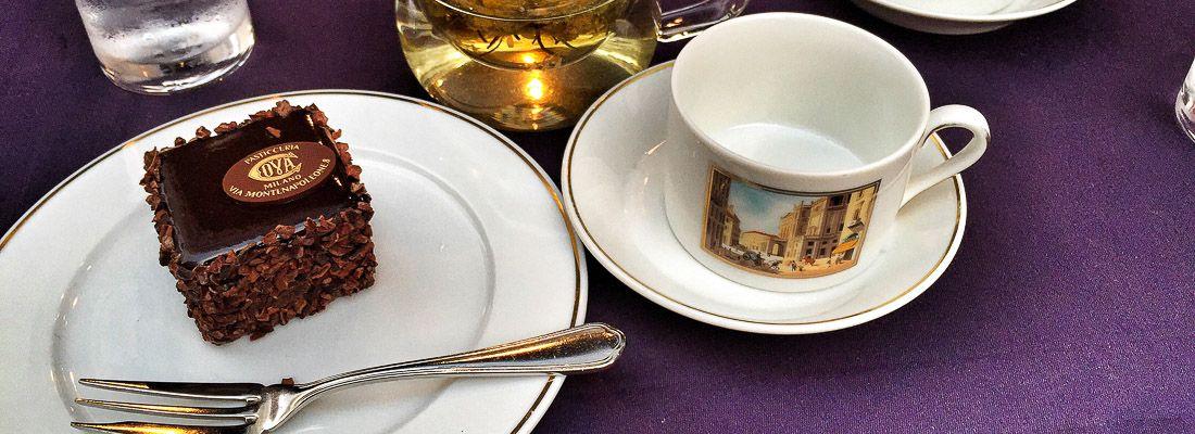 Torta Sacher e tisana alla pasticceria Cova a Tokyo.
