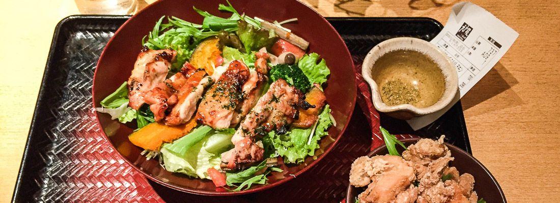 Pasto completo teishoku a base di pollo ed insalata, al ristorante Ootoya.