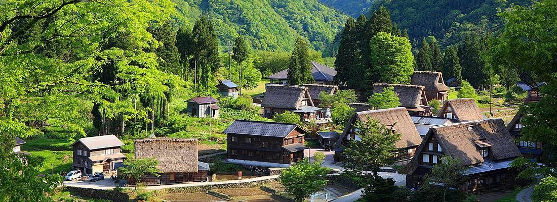 Il villaggio di Ainokura, incastonato tra le montagne.