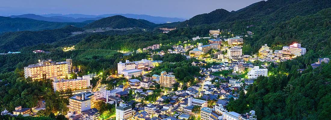 La cittadina di Arima Onsen vista dall'alto, di sera.