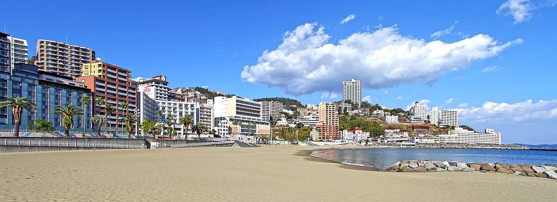 Spiaggia davanti alla cittadina di Atami.