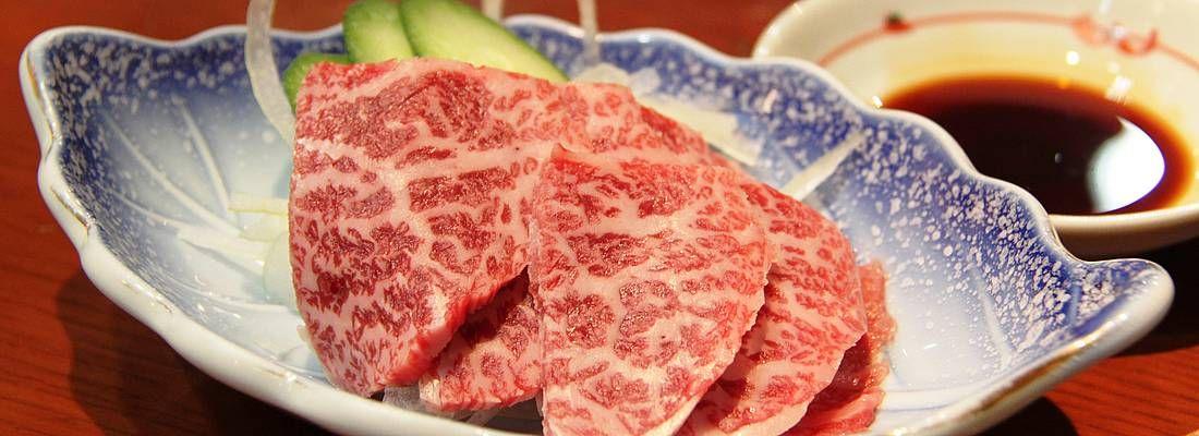Fettine di carne di Hida, pronte per essere cucinate con cottura yakiniku.