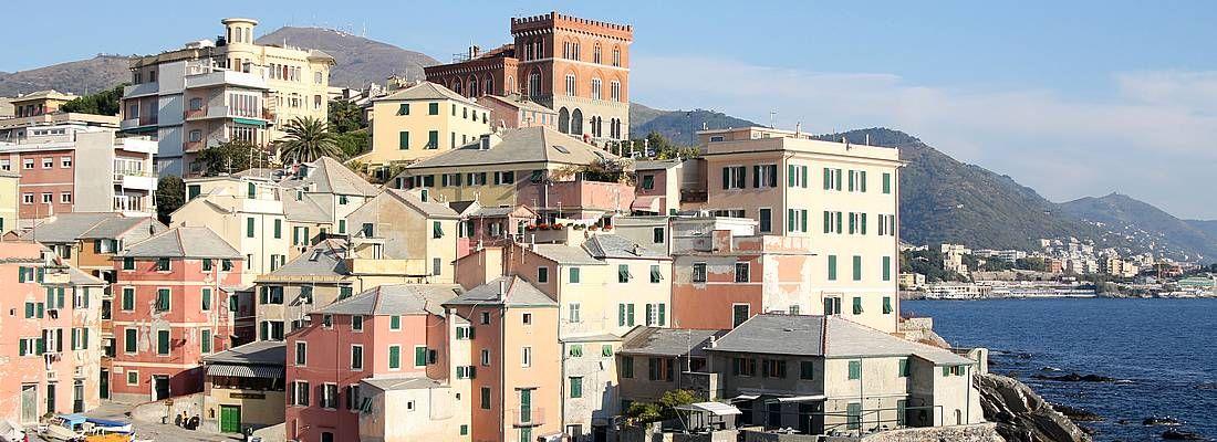 Case affacciate sul mare a Genova.