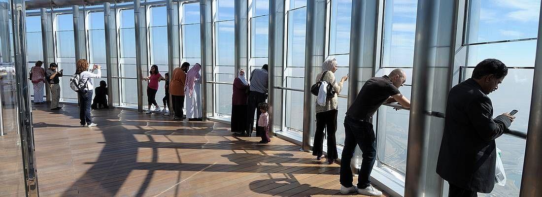 Visitatori ammirano la vista all'osservatorio del Burj Khalifa.