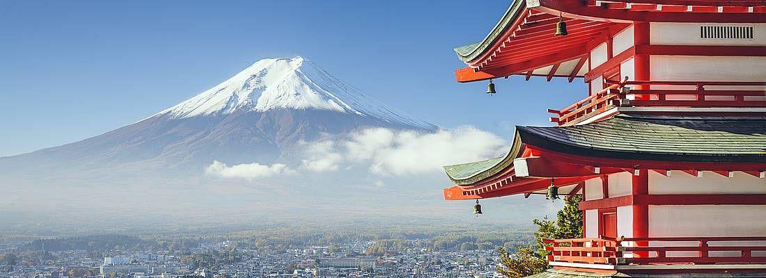 La Pagoda Chureito, e sullo sfondo il Monte Fuji.