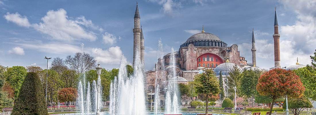 La moschea di Piccola Santa Sofia e una fontana in primo piano.