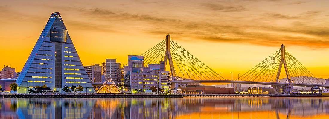 Skyline di Aomori al tramonto, con il ponte e l'edificio ASPAM.