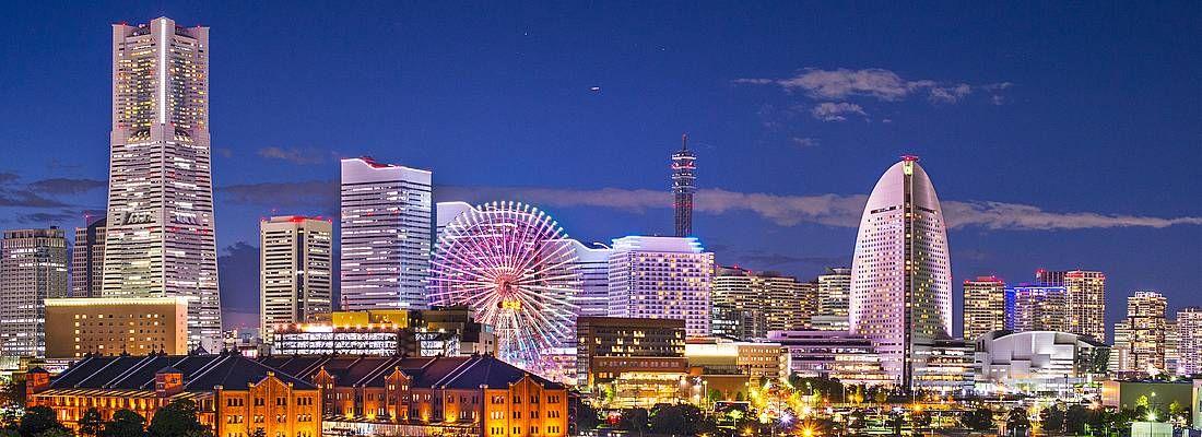 Skyline di Yokohama di sera, con gli edifici illuminati.