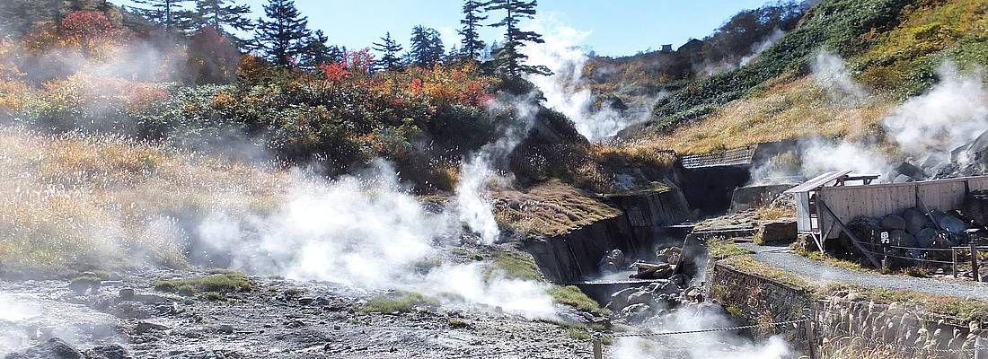 Fumare nella zona termale di Goshogake Onsen.