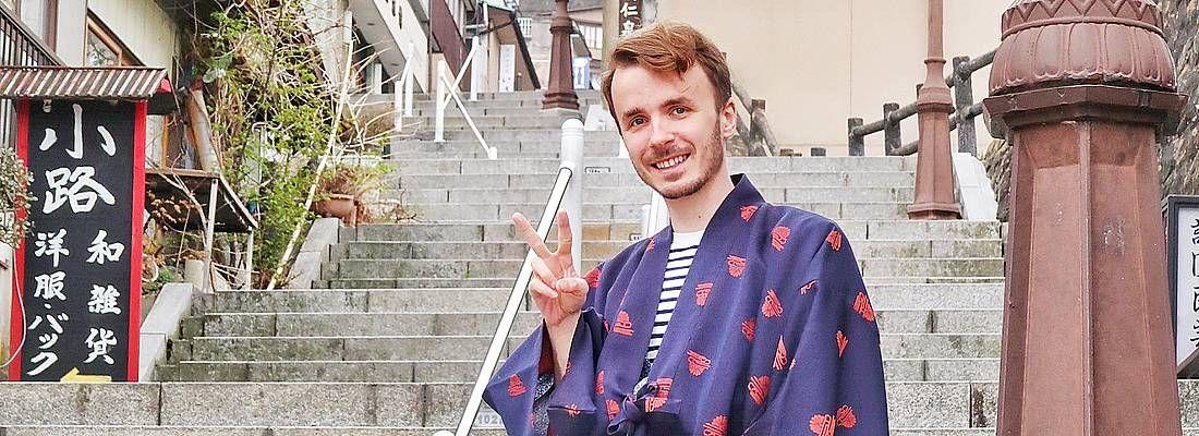 Marco Togni in kimono, in posa sulle scale di Ikaho Onsen.