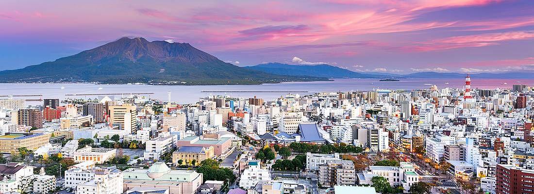 Panorama di Kagoshima, con il vulcano Sakurajima.