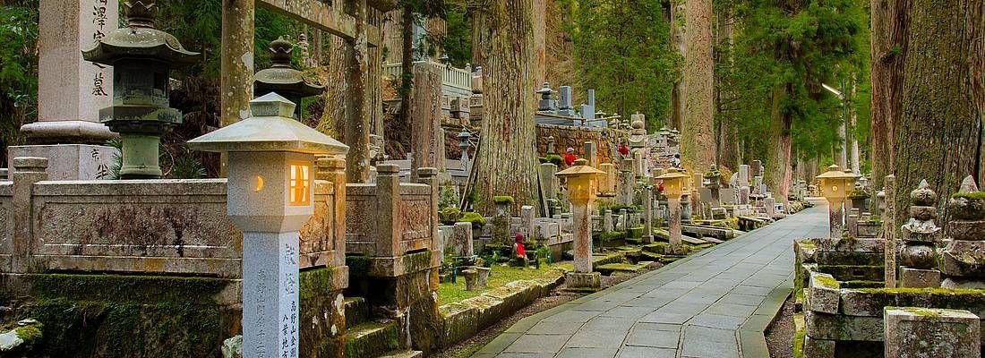 La passeggiata che attraversa il cimitero al tempio Okuno-in, sul Monte Koya.