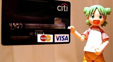 Carta di credito giapponese e una action figure.