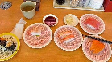 Piattini di sushi, in un ristorante kaiten sushi a Tokyo.