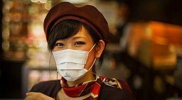 Ragazza giapponese in uniforme, con mascherina.