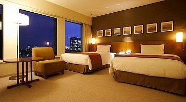 Stanza con due letti grandi all'hotel Keio Plaza di Tokyo.