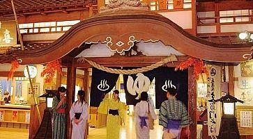 Persone in yukata all'ingresso dell'Oedo Onsen Monogatari.