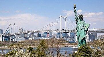La statua della libertà di Odaiba e sullo sfondo il Rainbow Bridge.