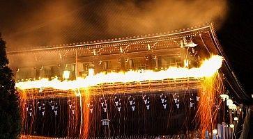 Il festival di Omizutori, nel momento in cui viene acceso il fuoco.