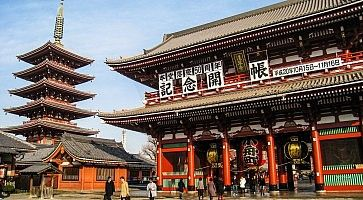 La pagoda del tempio Senso-ji di Asakusa e il portale Hozomon.