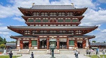 Il tempio Yakushi-ji a Nara.