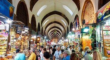 Le tipiche strade del Bran Bazaar di istanbul.