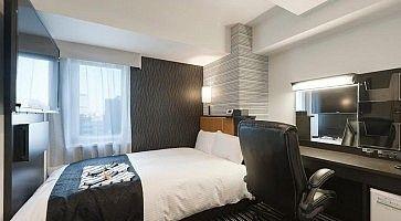 Piccola stanza confortevole all'Apa Hotel Dogenzaka.