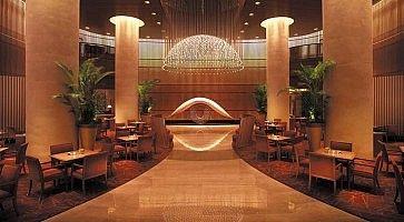 L'ingresso elegante dell'Hotel Peninsula di Tokyo.