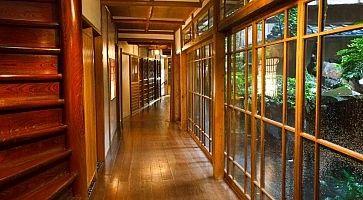 Corridoio che porta alle stanza, al Ryokan Fukuzumiro.
