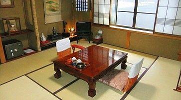 Stanza tradizionale con tatami al Sumiyoshi Ryokan di Takayama.