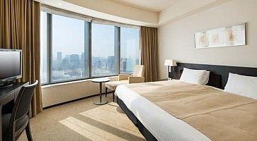 Una stanza d'hotel, con due letti twin.
