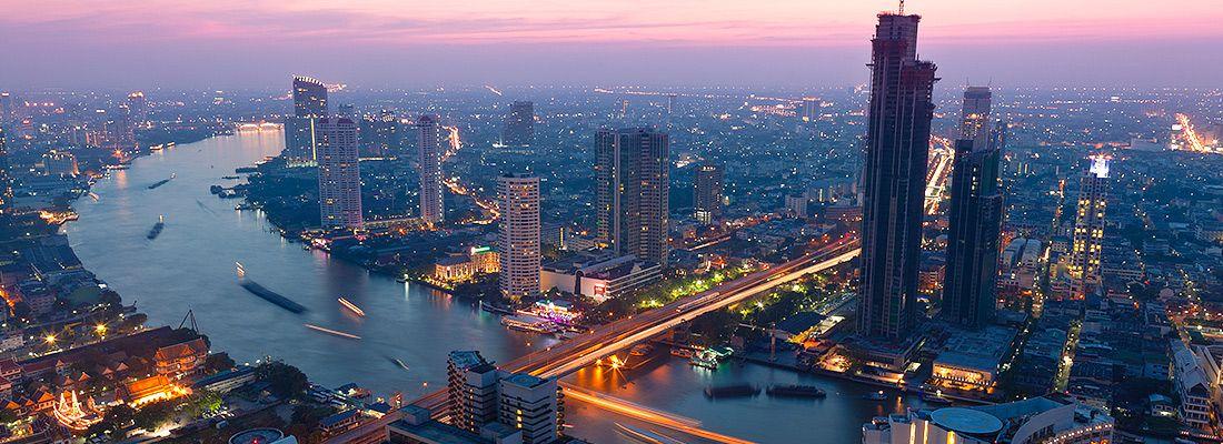 La vista di Bangkok al tramonto e il fiume Chao Phraya.
