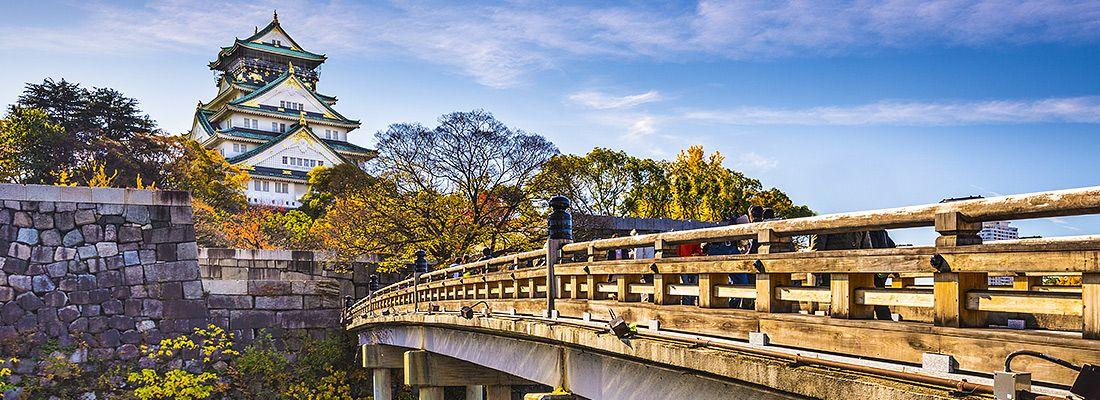 Il ponte che porta verso il castello di Osaka.