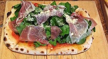 Pizza con prosciutto e rucola, al ristorante Apizzaa. Tokyo.