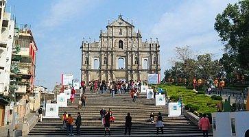 Le rovine della cattedrale di San Paolo e la scalinata.