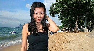 Una ragazza thailandese in spiaggia.