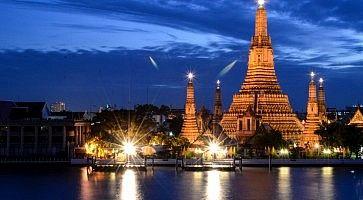Il tempio Wat Arun al tramonto.