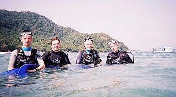 Turisti pronti per un immersione a Phuket.
