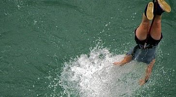 Una persona fa Bungee dipping al Kawarau Bridge a Phuket.